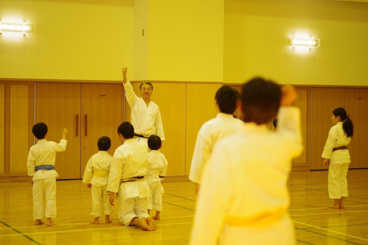 「東京空手倶楽部」で子どもたちに空手を教える瀧川英治先生