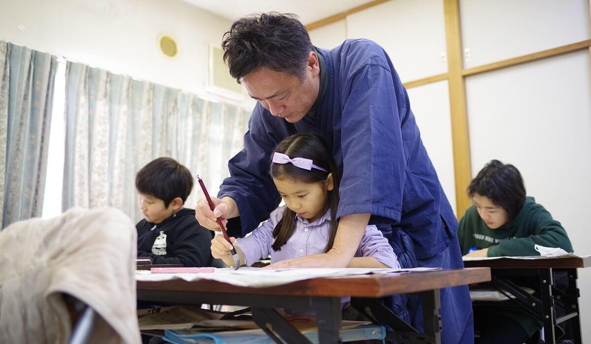 子どもに書道を教える和田華仙氏