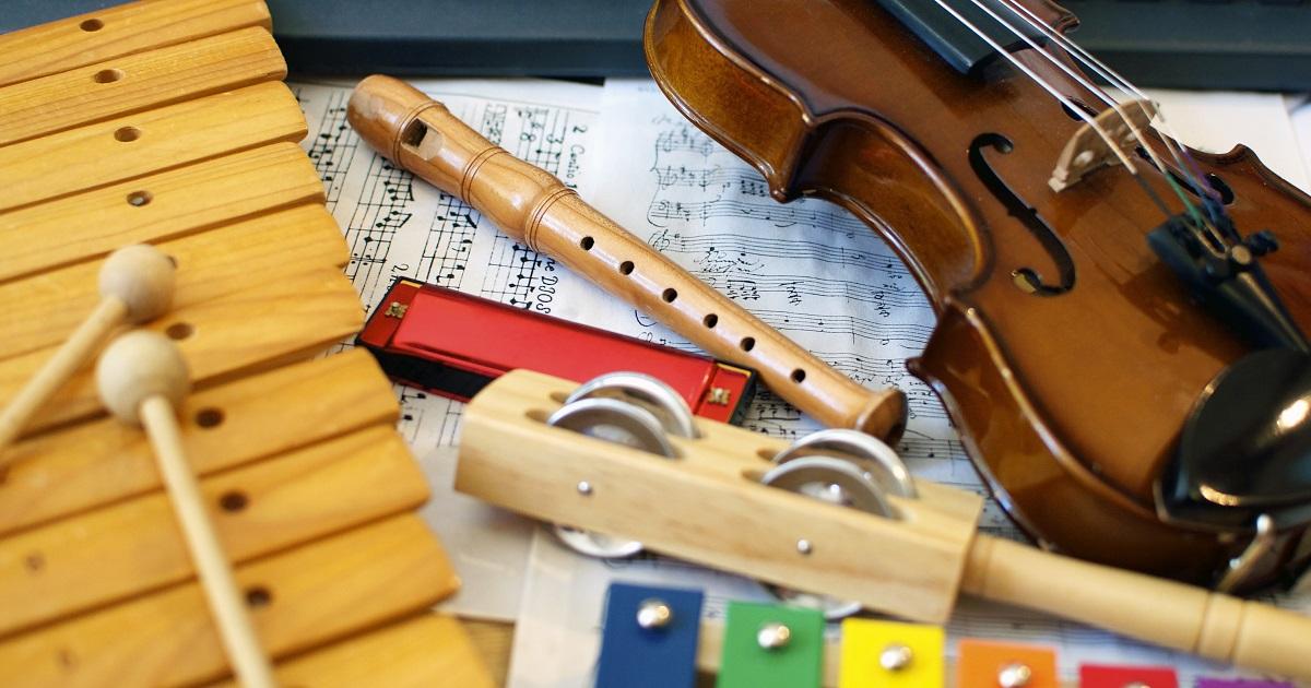 楽器演奏により脳が発達することが研究で明らかに。おすすめは「7歳までに」始めること。