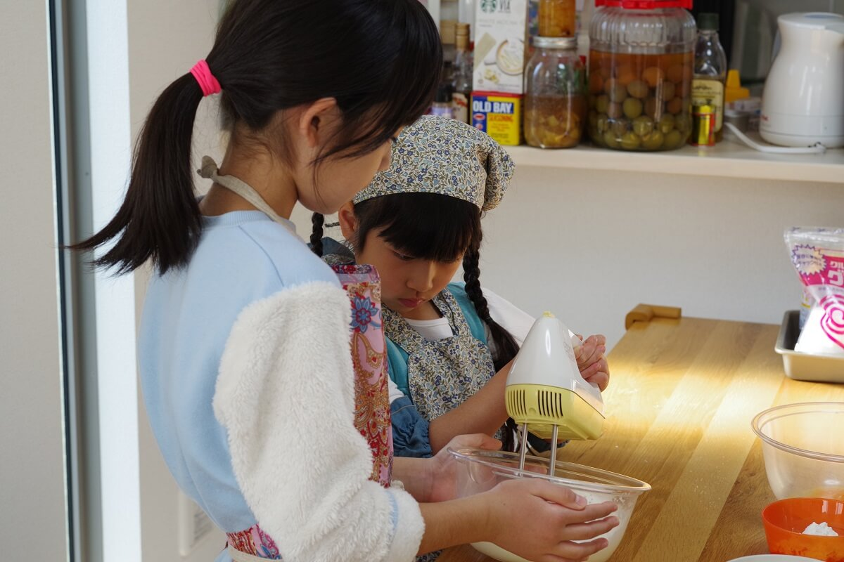 「RK Kitchen」でお菓子をつくる女の子