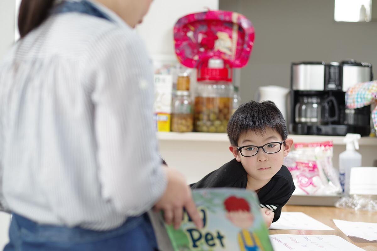 「RK Kitchen」で外国の絵本に興味を示す男子