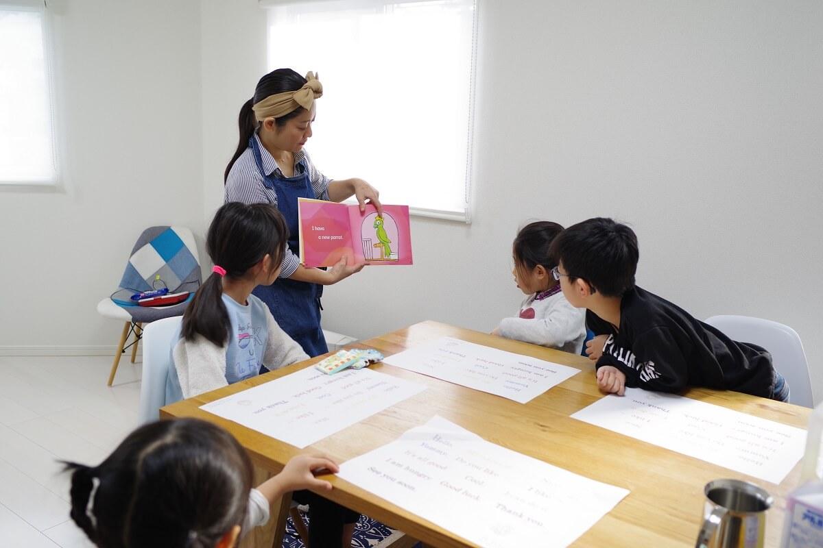 「RK Kitchen」で外国の絵本に興味を示す子どもたち