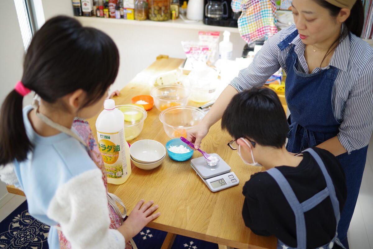 「RK Kitchen」で子どもたちに教えるRYOKO先生