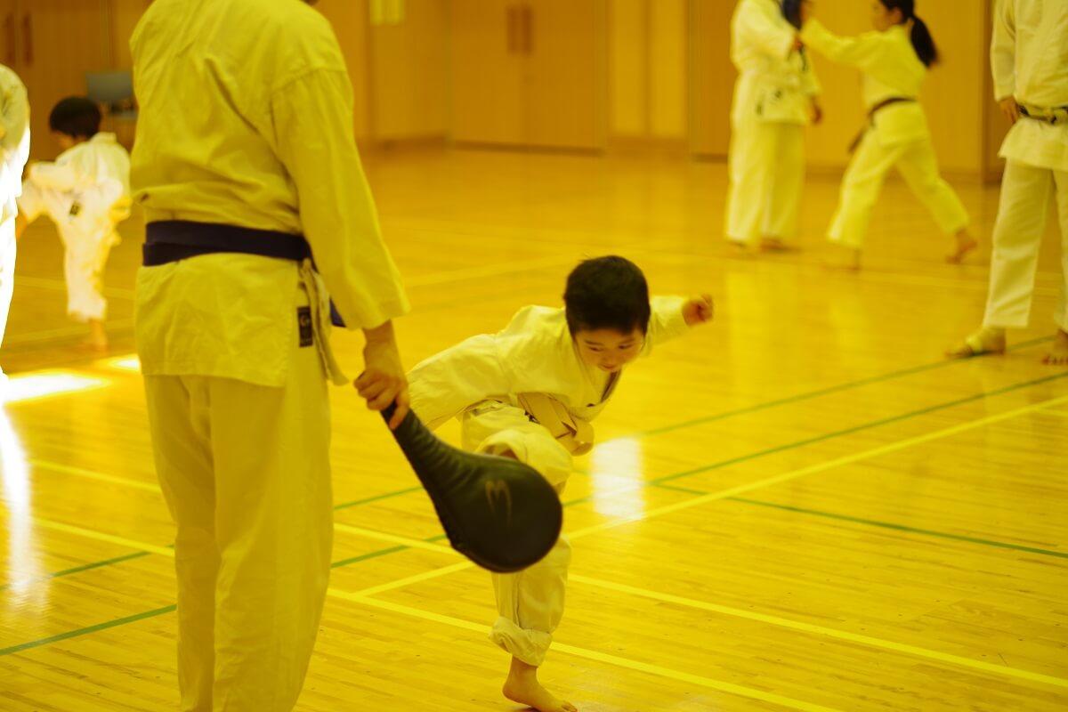 「東京空手倶楽部」で親に対し技を出す子